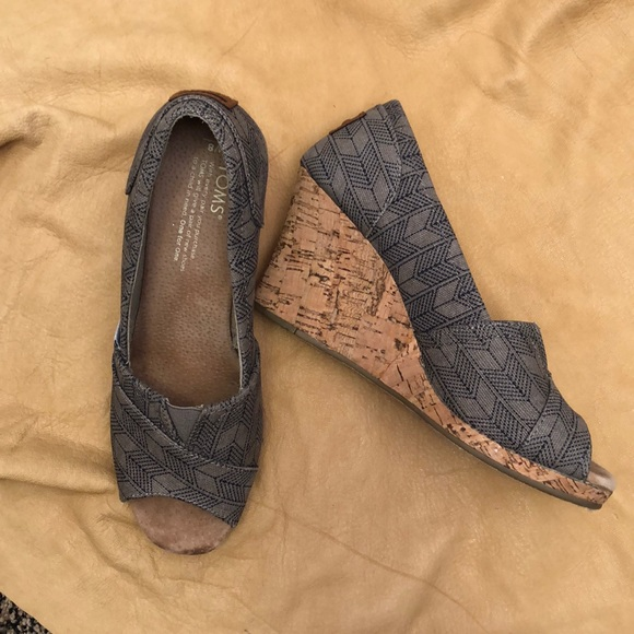 Toms Shoes - Arrow pattern Toms wedges